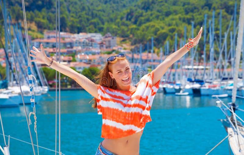 Lycklig kvinna i yachtport arkivbild