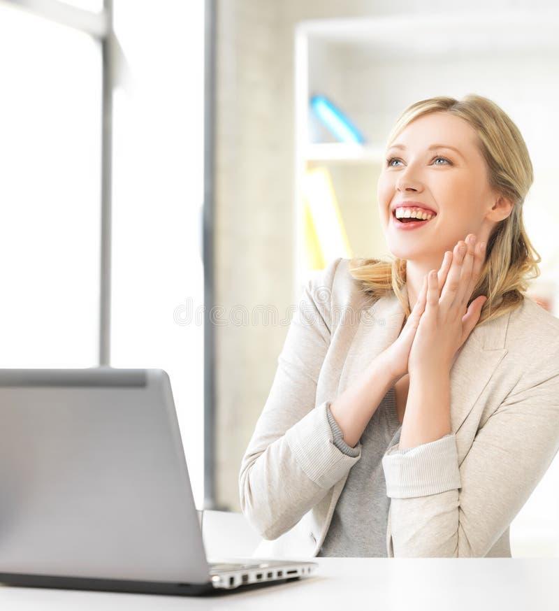 Lycklig kvinna med bärbar datordatoren arkivfoto