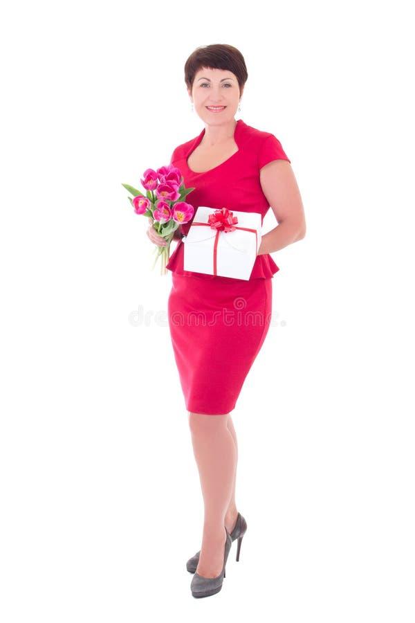 Lycklig kvinna med blommor och gåvaasken royaltyfri bild