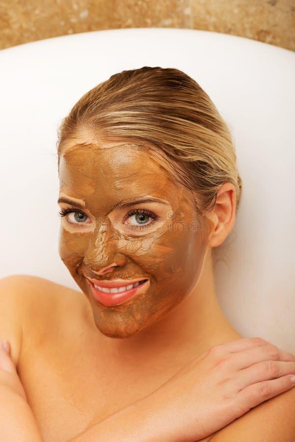 Lycklig kvinna med chokladmaskeringen arkivfoton