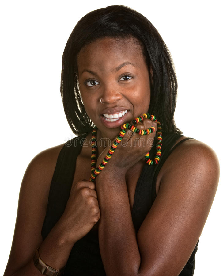 Lycklig kvinna med det jamaikanska halsbandet royaltyfria bilder