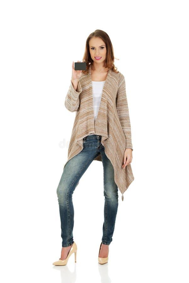 Lycklig kvinna med det tomma kortet royaltyfria bilder