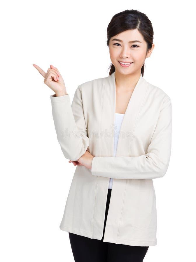 Lycklig kvinna med en idé fotografering för bildbyråer