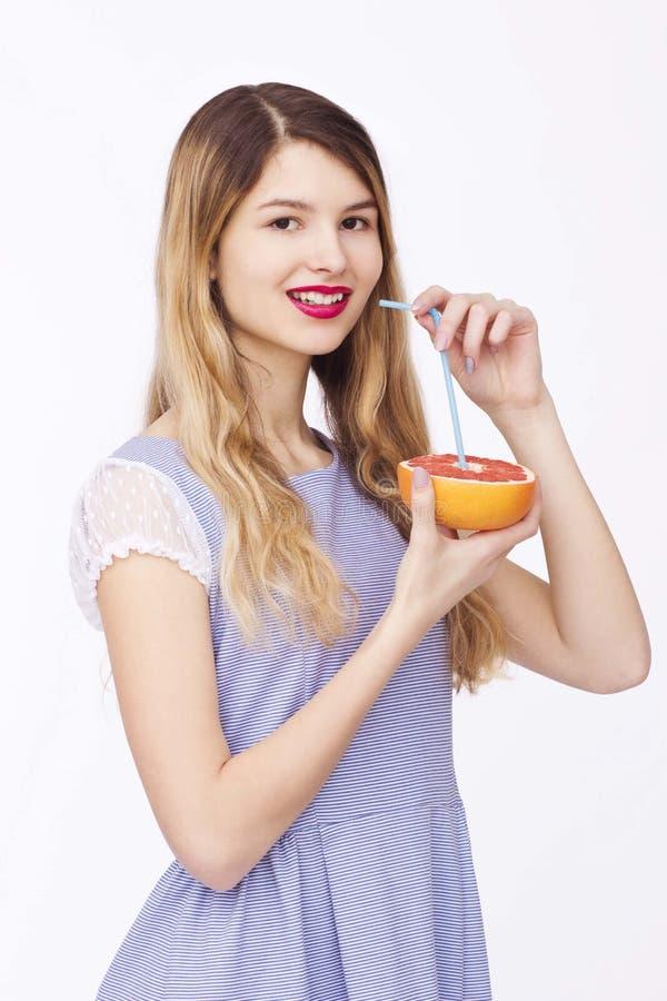 Lycklig kvinna med frukt royaltyfri fotografi