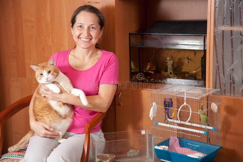 Lycklig kvinna med husdjur royaltyfria bilder