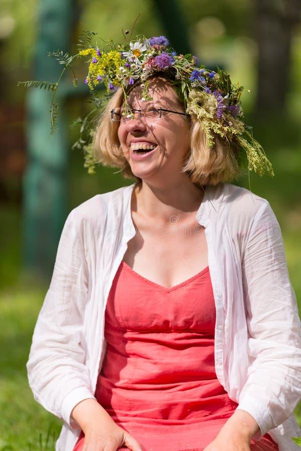 Lycklig kvinna med kransen på huvudet arkivbilder