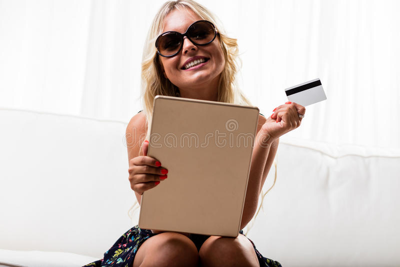 Lycklig kvinna med kreditkort- och minnestavladatoren fotografering för bildbyråer