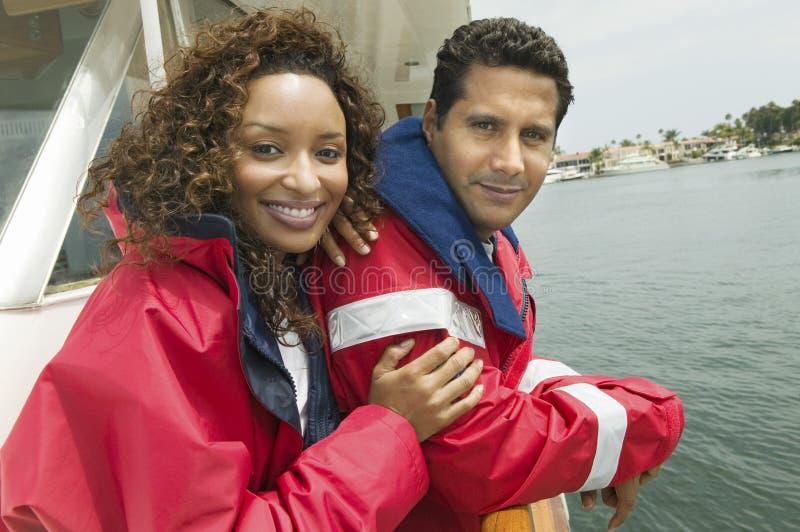 Lycklig kvinna med manen på yachten royaltyfria bilder