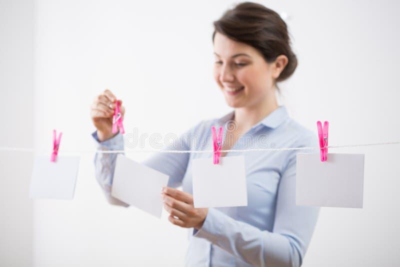 Lycklig kvinna med meddelandekort arkivbild