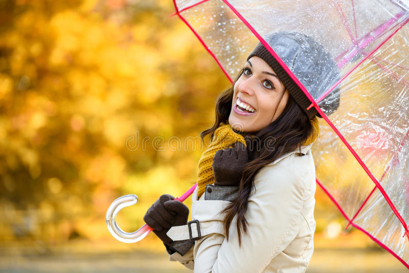 Lycklig kvinna med paraplyet under höstregn arkivbilder