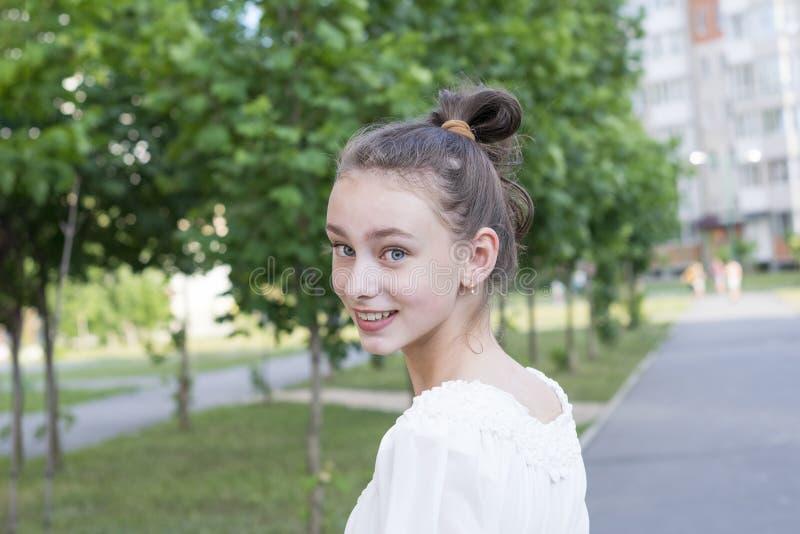 Lycklig kvinna med perfekt hud arkivfoton