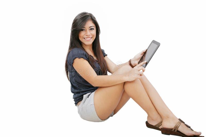 Lycklig kvinna med tabletPCdatoren arkivbild