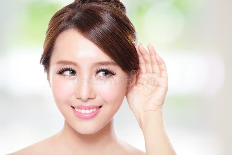 Lycklig kvinna med vård- hudsamtal till dig royaltyfria foton
