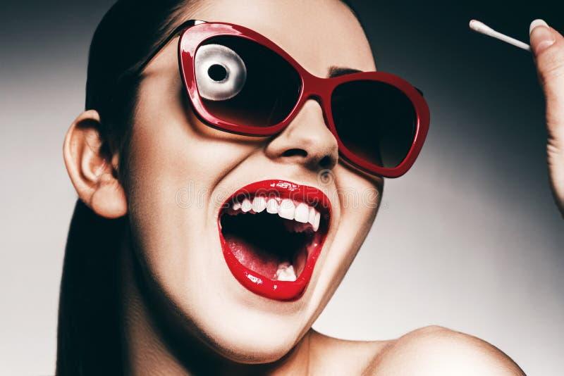 Lycklig kvinna med vita tänder i solglasögon royaltyfria bilder