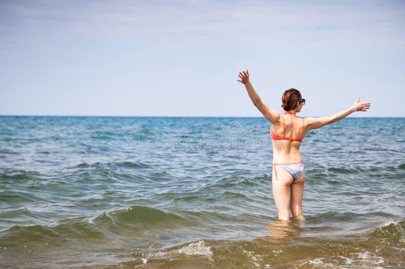 Lycklig kvinna och hav arkivbilder