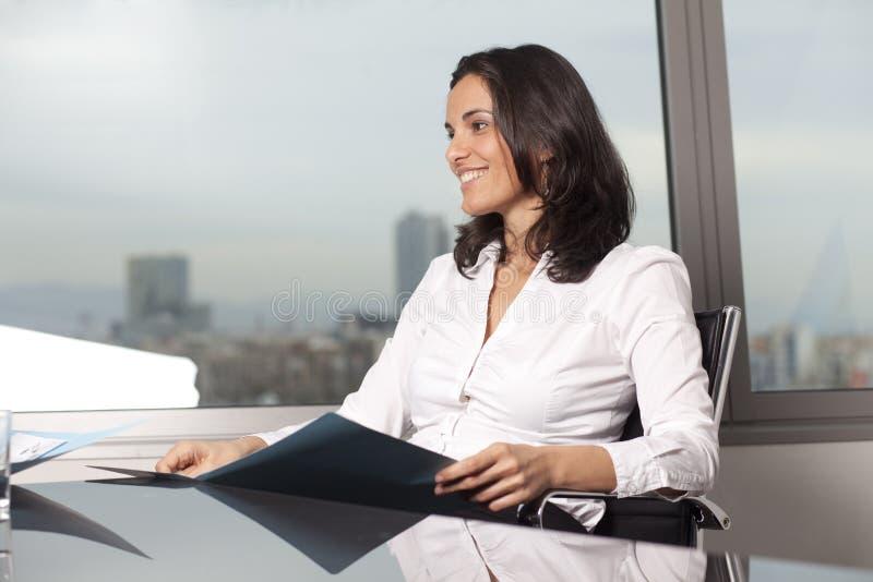 Lycklig kvinna på affärsmötet royaltyfri bild
