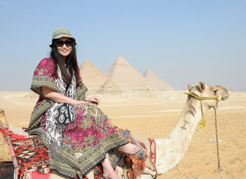 Lycklig kvinna på en kamel royaltyfri bild