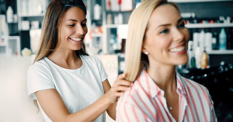 Lycklig kvinna på hårsalongen royaltyfri foto
