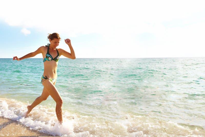 Lycklig kvinna på Miami Beach. royaltyfri fotografi