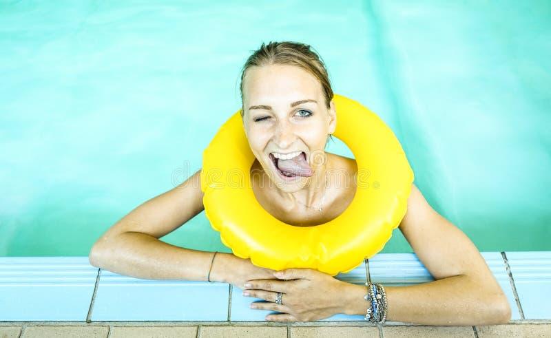 Lycklig kvinna på simbassängen med bigmouthuttryck arkivbild