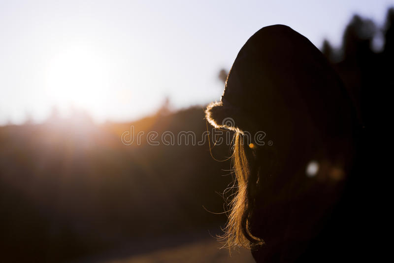 Lycklig kvinna på soluppgång i natur royaltyfri foto