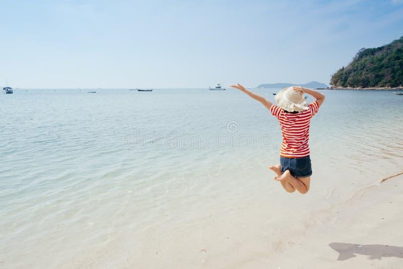 Lycklig kvinna p? stranden och molnhimlen arkivfoto
