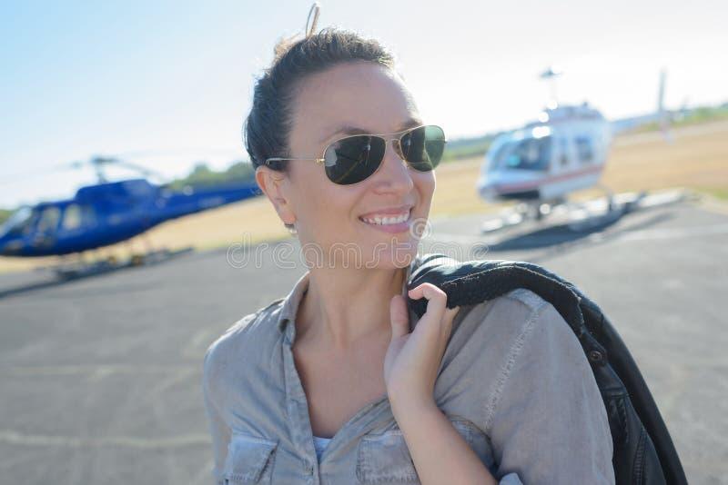 Lycklig kvinna som är klar att få gift i helikopter arkivbilder