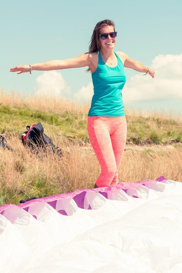 Lycklig kvinna som är klar att ta av med en paraglider arkivbild