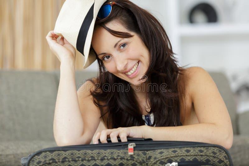 Lycklig kvinna som är klar för ferier fotografering för bildbyråer
