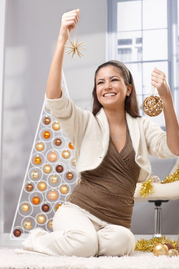 Lycklig kvinna som dekorerar för jul royaltyfri foto