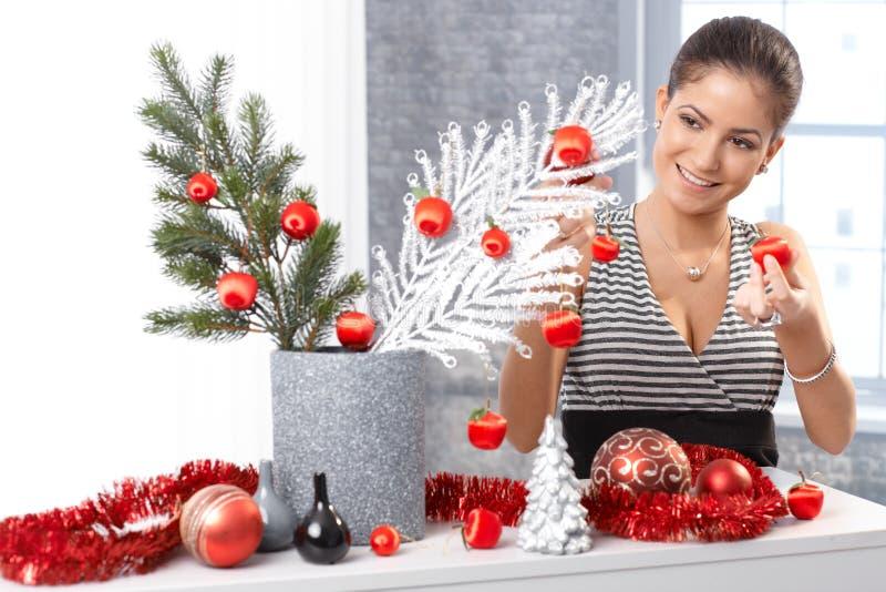 Lycklig kvinna som får klar för jul royaltyfria foton