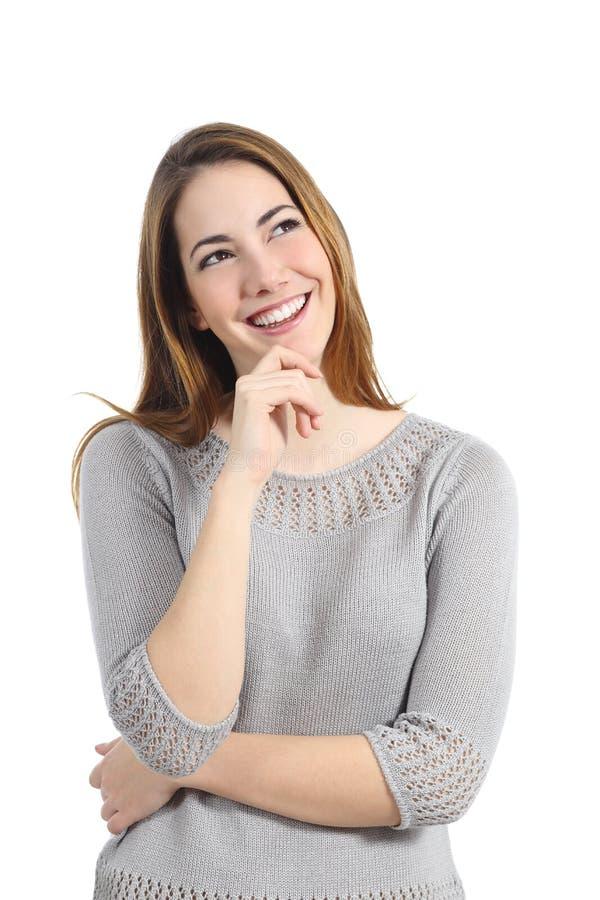 Lycklig kvinna som från sidan tänker och ser arkivfoto