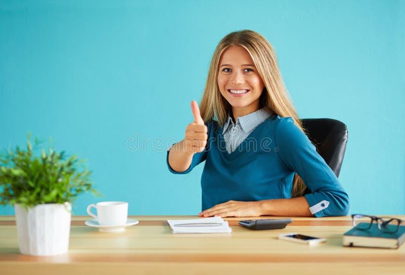 Lycklig kvinna som gör en gest upp tummen royaltyfria bilder