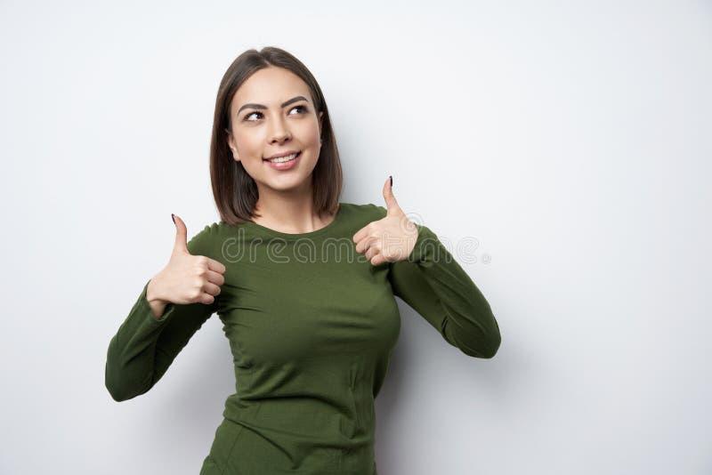 Lycklig kvinna som ger den dubbla tummen upp gest arkivfoton