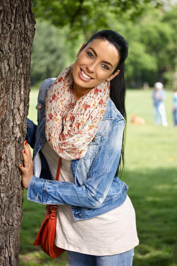 Lycklig kvinna som har gyckel i park royaltyfri fotografi