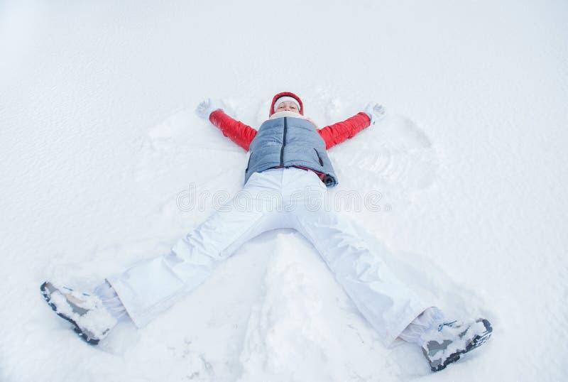 Lycklig kvinna som har gyckel på insnöad vinter fotografering för bildbyråer