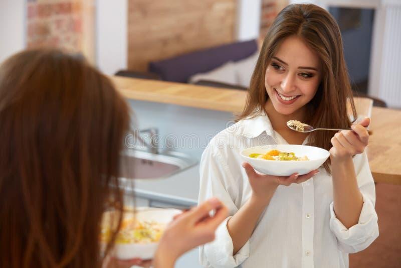 Lycklig kvinna som har sund mat för sund frukost royaltyfri fotografi
