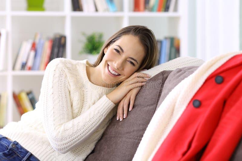 Lycklig kvinna som hemma poserar i vinter arkivbild