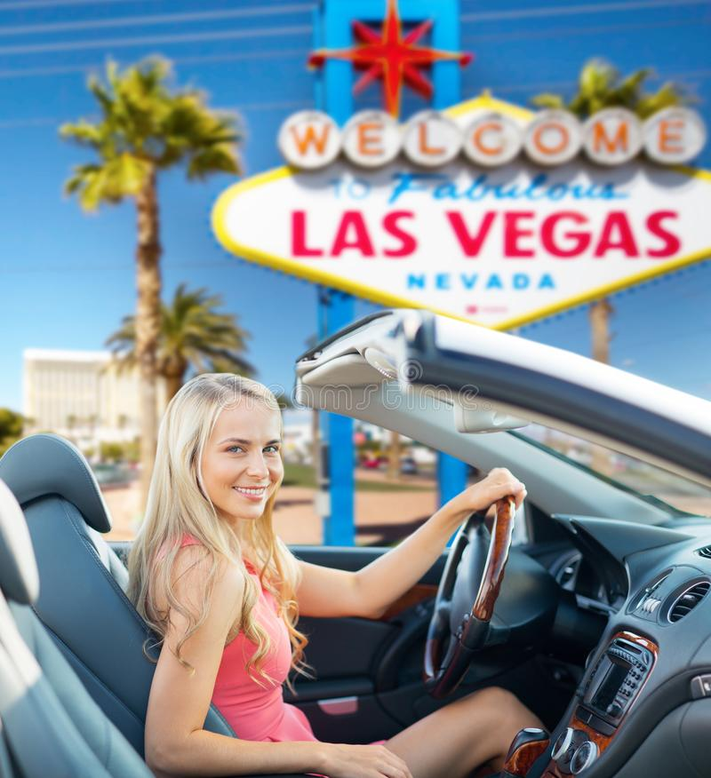 Lycklig kvinna som kör den konvertibla bilen på Las Vegas royaltyfri foto
