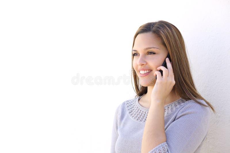 Lycklig kvinna som kallar på den smarta telefonen arkivbilder