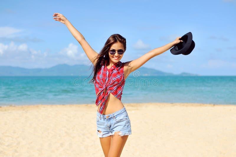 lycklig kvinna som ler på stranden på en solig dag royaltyfri foto