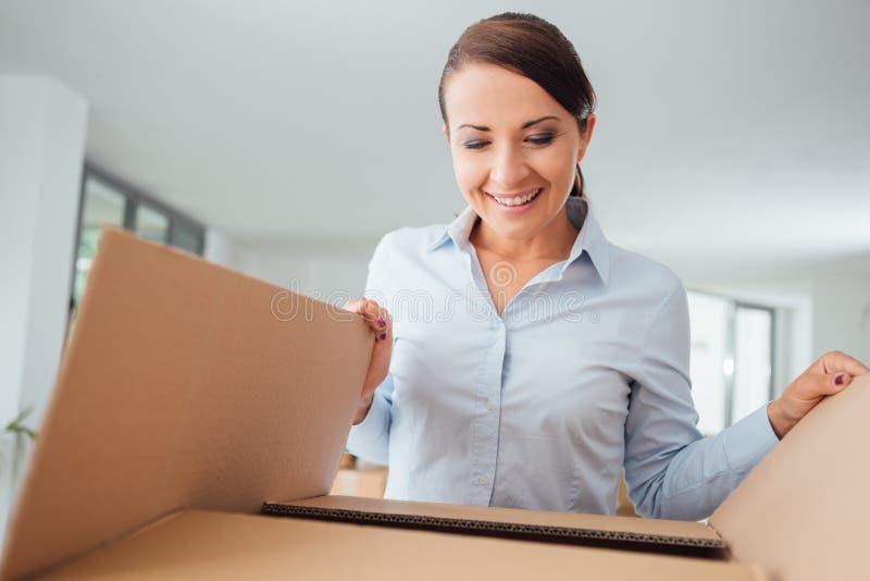 Lycklig kvinna som packar upp royaltyfria bilder