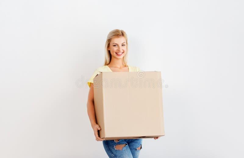 Lycklig kvinna som rymmer den stora kartongen royaltyfri foto