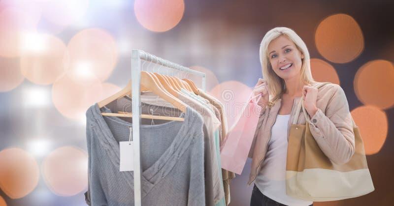 Lycklig kvinna som shoppar över bokeh royaltyfria bilder