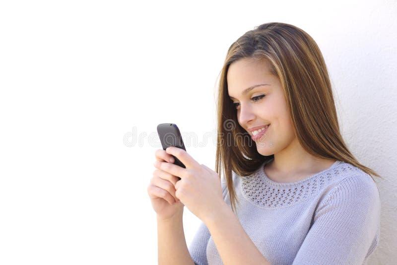 Lycklig kvinna som smsar på en smartphone fotografering för bildbyråer