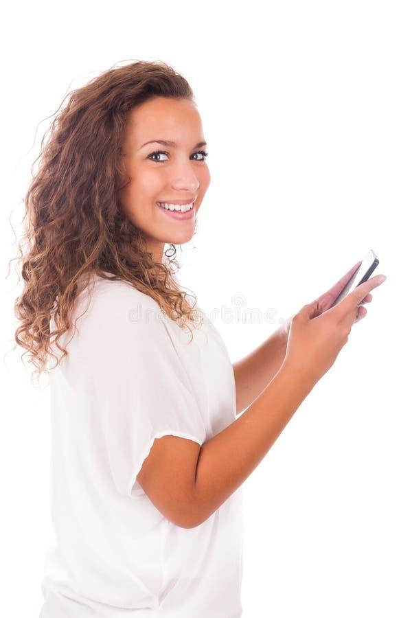 Lycklig kvinna som smsar på hennes telefon royaltyfri foto