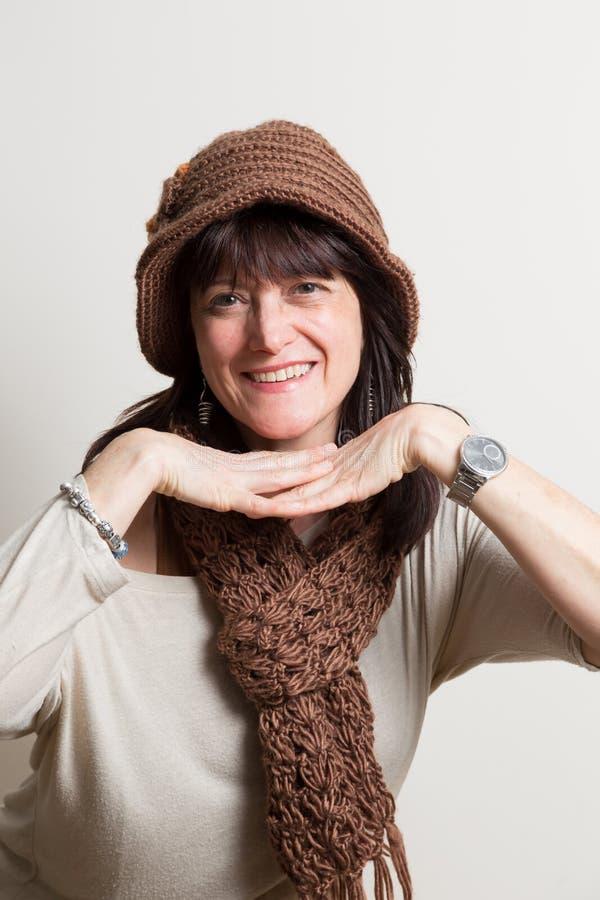 Lycklig kvinna som spelar med händer arkivfoto
