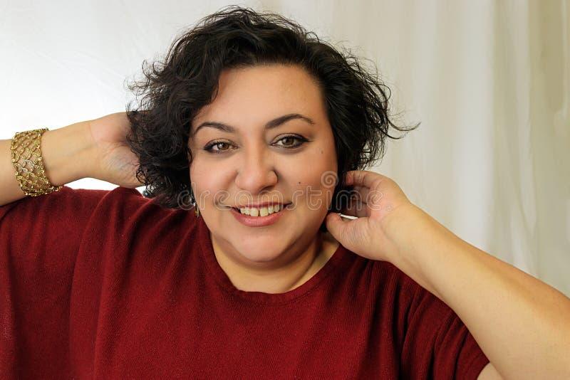 Lycklig kvinna som spelar med hår royaltyfri bild