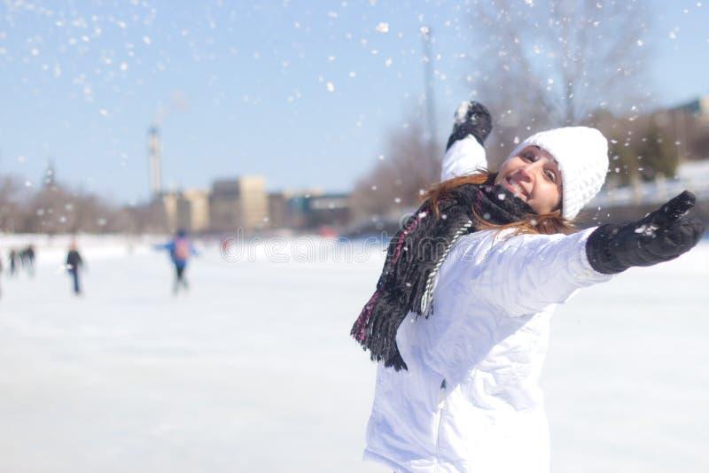 Lycklig kvinna som spelar med snön under vinter fotografering för bildbyråer
