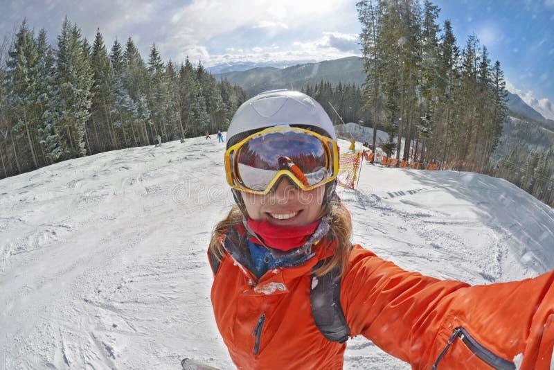 Lycklig kvinna som tar selfie p? vinter i Carpathian berg royaltyfria bilder